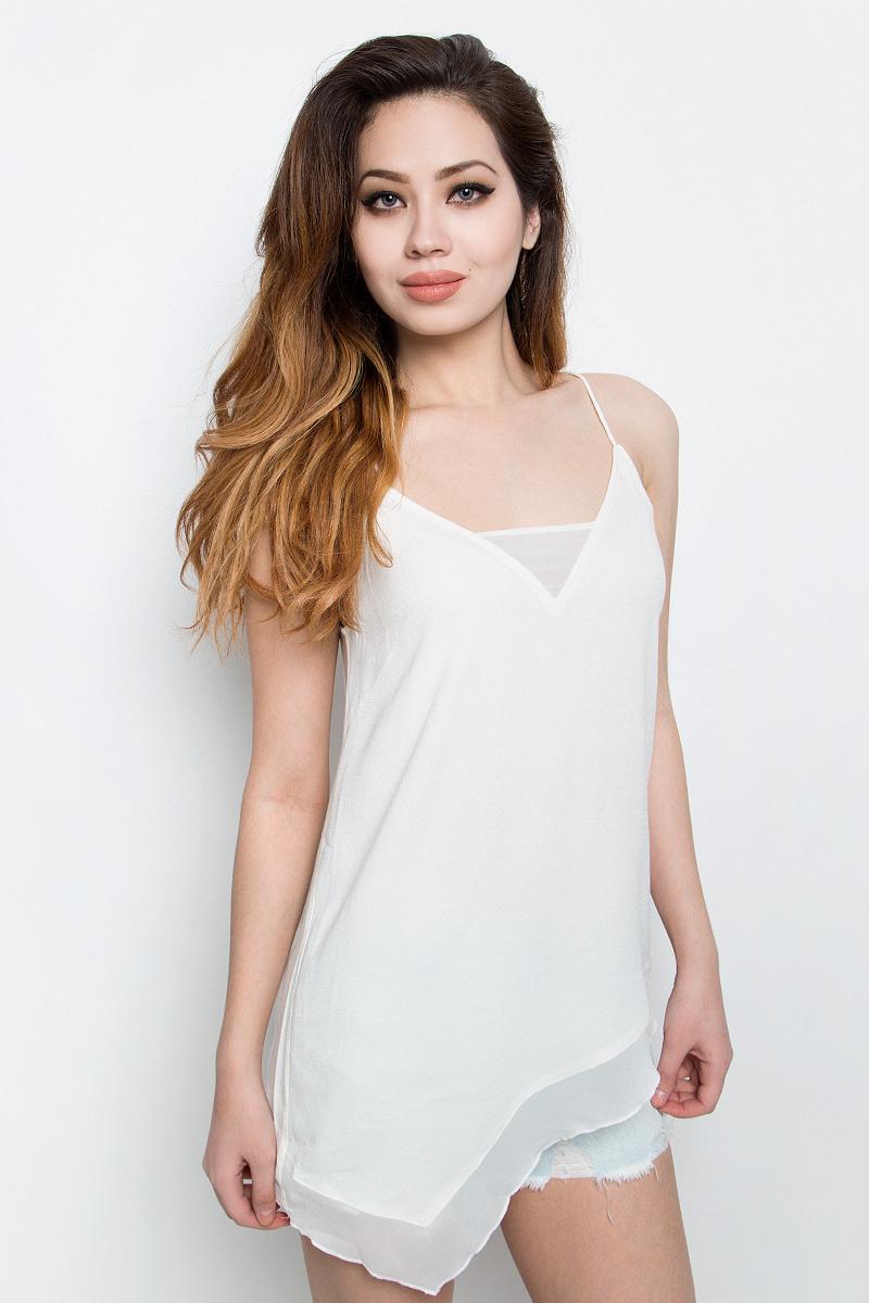 Топ женский Calvin Klein Jeans, цвет: белый. J20J201237. Размер M (44/46)J20J201237Нежный женский топ Calvin Klein Jeans выполнен из качественной вискозы с отделкой из полиэстера. Модель на бретелях с V-образным воротом выполнена в нестандартной форме. Правая сторона изделия удлинена, а низ и вырез горловины дополнены вставками из полупрозрачной ткани. Топ оформлен небольшой металлической пластиной с названием бренда.