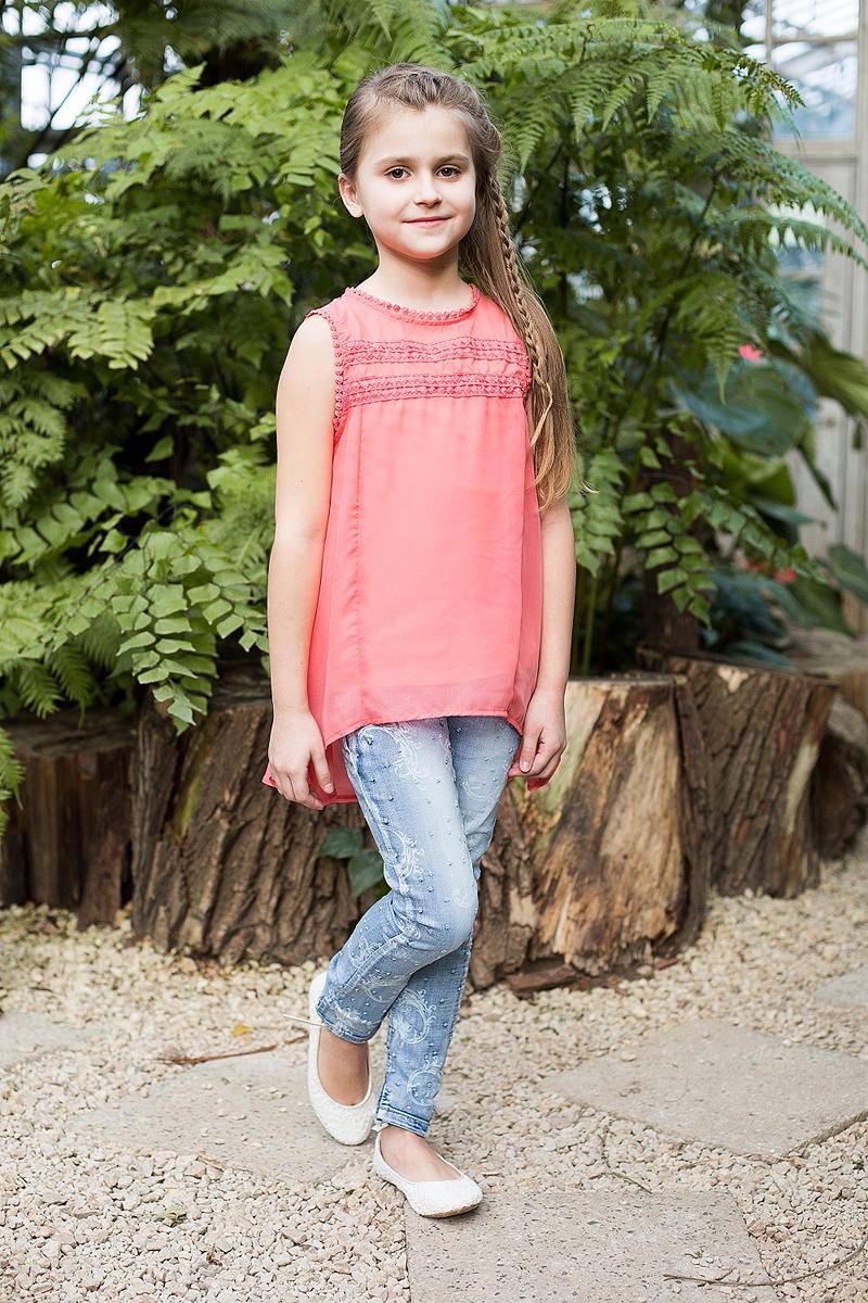 Джинсы для девочки Luminoso, цвет: голубой. 718069. Размер 164718069Стильные зауженные джинсы с декоративным эффектом потёртости выполнены из хлопка. Модель дополнена карманами, шлёвками для ремня, а также регулируемой кулиской на талии. Джинсы застёгиваются на удобную молнию и пуговицу.