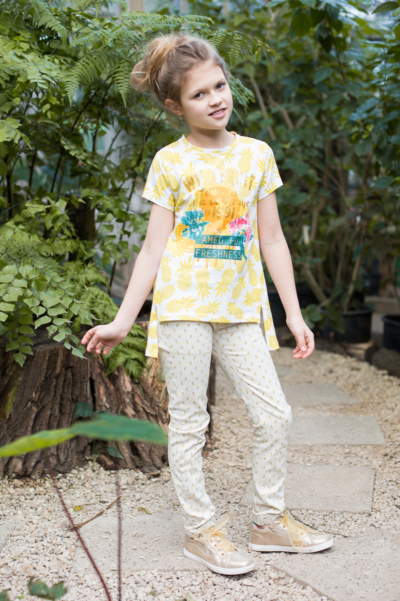 Футболка для девочки Luminoso, цвет: лимонный. 718079. Размер 158718079Стильная футболка из принтованной трикотажной ткани с коротким рукавом и удлиненной спинкой. Декорирована яркой аппликацией.