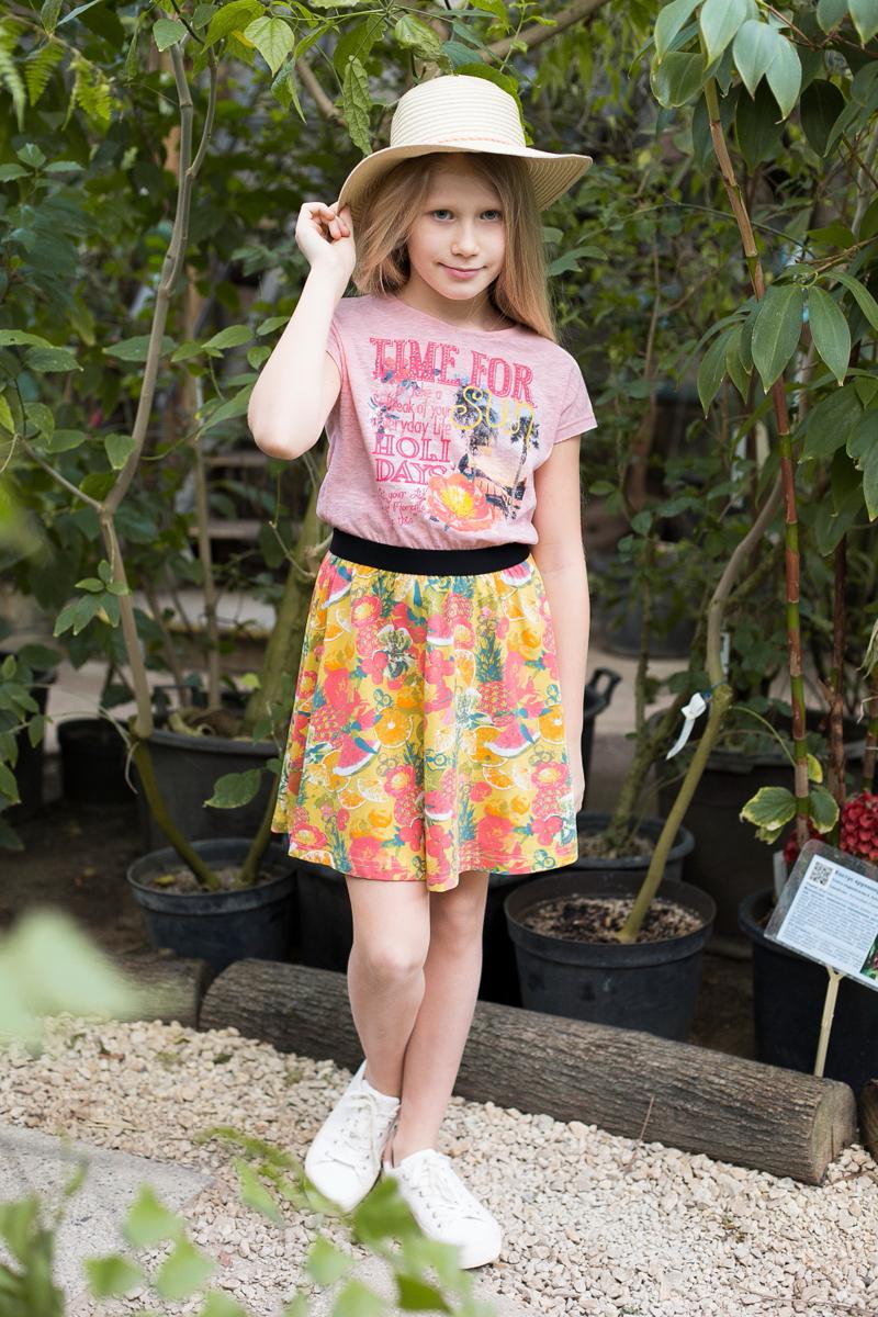 Платье для девочки Luminoso, цвет: желтый, красный. 718083. Размер 146718083Трикотажное платье приталленого кроя комбинированной ткани. Верх изделия декорирован оригинальной аппликацией, талия подчеркнута контрастной тканью, низ изделия выполнен из яркой принтованной ткани. Застегивается на пуговку на спинке.