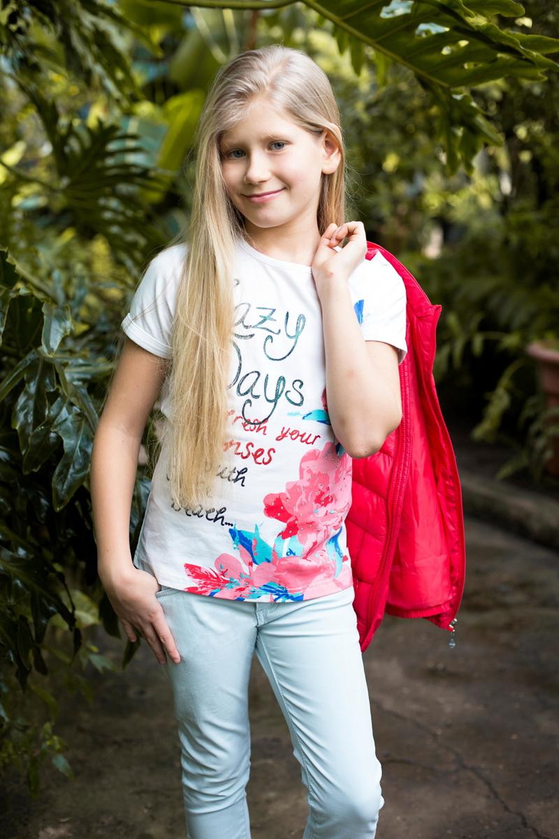 Футболка для девочки Luminoso, цвет: белый. 718094. Размер 152718094Футболка из трикотажной ткани с коротким рукавом декорирована ярким принтом и стразами.