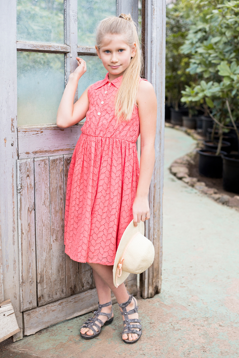Платье для девочки Luminoso, цвет: красный. 718113. Размер 164718113Хлопкое платье приталенного кроя из вышитого полотна с отложным воротничком. Декорировано пуговками.