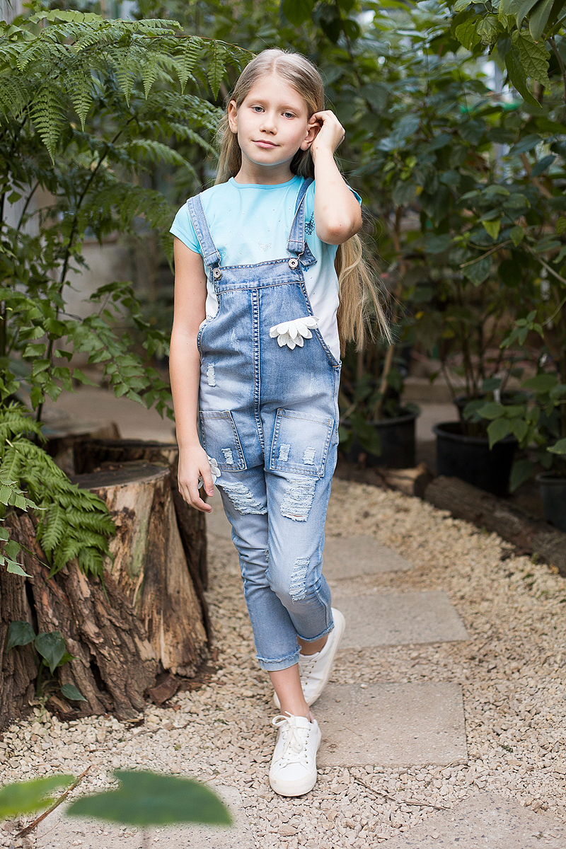 Полукомбинезон джинсовый для девочки Luminoso, цвет: синий. 718166. Размер 134718166Джинсовый полукомбинезон на регулируемых бретелях с накладными карманами. С оригинальной аппликацией и эффектом рваных джинс.