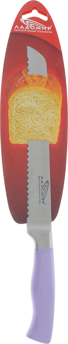 """Цельнометаллический нож для нарезки хлеба """"Ладомир"""" изготовлен из высокоуглеродистой кованой нержавеющей стали с антибактериальным покрытием. Твердость лезвия составляет 58 ед. по шкале С. Роквелла. Оптимальный угол заточки (23°) - в 2,7 раза увеличивает износостойкость лезвия.  Благодаря длинному клинку и зубчатой режущей кромке нож позволит легко нарезать хлебобулочные изделия, не сминая их и не кроша сердцевину. Его острие опущено вниз, центр тяжести смещен вперед, что позволяет прикладывать меньше усилий при работе ножом.  Такой нож займет достойное место среди аксессуаров на вашей кухне. Характеристики:  Материал: нержавеющая сталь. Цвет: сиреневый. Общая длина ножа: 33 см. Длина лезвия: 20 см. Артикул: А3ВСК20."""