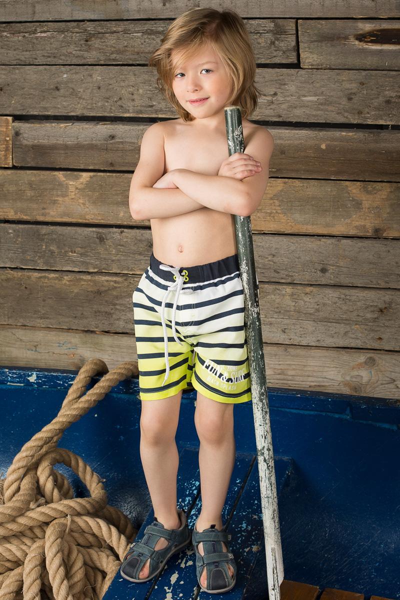 Шорты пляжные для мальчика Sweet Berry, цвет: белый, салатовый, синий. 196353. Размер 104196353Пляжные шорты для мальчика Sweet Berry - идеальный вариант, как для купания, так и для игр на пляже. Изготовленные из 100% полиэстера, они быстро сохнут и сохраняют первоначальный вид и форму даже при длительном использовании. Шорты комфортны в носке, даже когда ребенок мокрый.Модель с вшитыми сетчатыми трусиками на поясе имеет эластичную резинку, регулируемую шнурком, благодаря чему они не сдавливают живот ребенка и не сползают. Имеется имитация ширинки. Оформлено изделие принтом в полоску и принтовыми надписями.Такие пляжные шорты, несомненно, понравятся вашему ребенку и послужат отличным дополнением к летнему гардеробу!