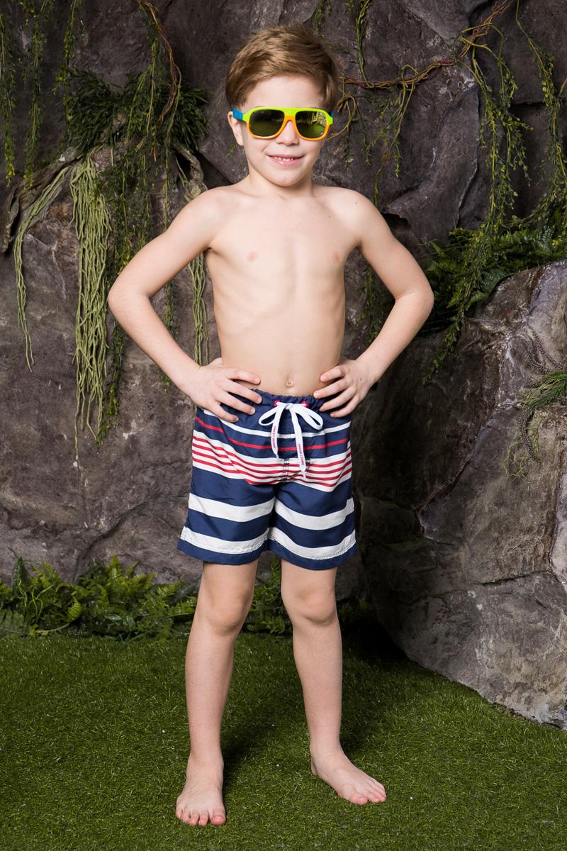 Шорты пляжные для мальчика Sweet Berry, цвет: белый, синий. 713021. Размер 116713021Пляжные шорты для мальчика Sweet Berry, изготовленные из качественного материала, - идеальный вариант, как для купания, так и для отдыха на пляже. Модель с вшитыми сетчатыми трусиками на поясе имеет эластичную резинку, регулируемую шнурком, благодаря чему шорты не сдавливают живот ребенка и не сползают. Изделие оформлено принтом в полоску и дополнено имитацией ширинки.Шорты быстро сохнут и сохраняют первоначальный вид и форму даже при длительном использовании.