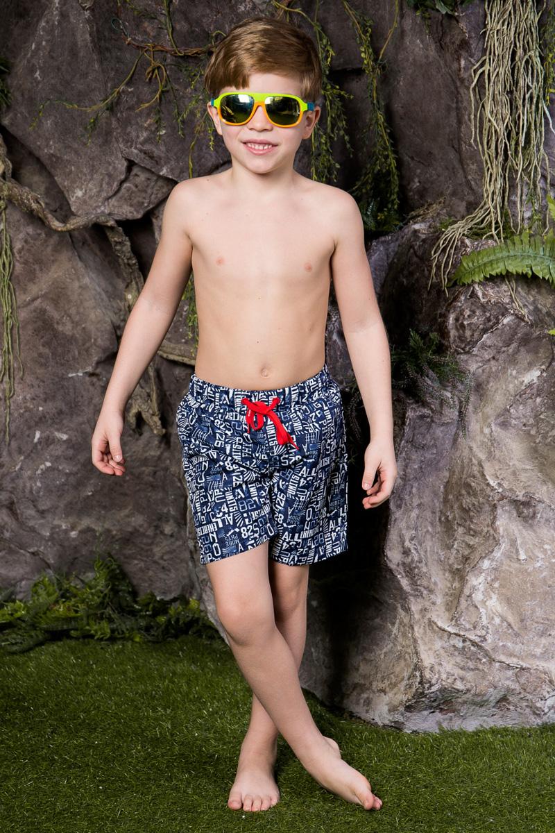 Шорты пляжные для мальчика Sweet Berry, цвет: белый, синий. 713022. Размер 116713022Пляжные шорты для мальчика Sweet Berry, изготовленные из качественного материала, - идеальный вариант, как для купания, так и для отдыха на пляже. Модель с вшитыми сетчатыми трусиками на поясе имеет эластичную резинку, регулируемую шнурком, благодаря чему шорты не сдавливают живот ребенка и не сползают. Изделие оформлено оригинальным принтом и дополнено имитацией ширинки.Шорты быстро сохнут и сохраняют первоначальный вид и форму даже при длительном использовании.