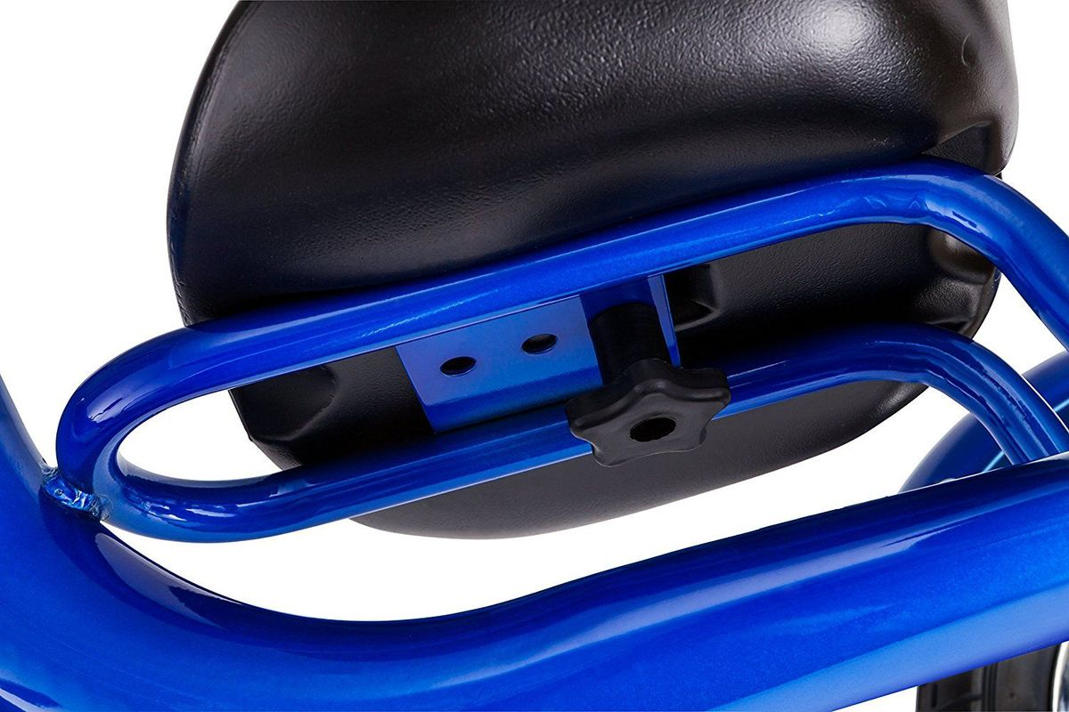 Ярко-синий трёхколёсный велосипед Schwinn Roadster Trike с педалями на   переднем колесе специально разработан для активных малышей. Низкий центр   тяжести позволяет ребенку управлять велосипедом легко и безопасно.   Хромированные руль, крылья и звонок без сомнения понравятся как малышу,   так и родителям, участвующим в его велоприключениях. Площадка для   катания стоя помогает ребёнку привыкать к скорости, а взрослым участвовать   в процессе катания.   Особенности:  - надёжная стальная рама; - регулировка седла по удалённости от руля; -невероятная устойчивость благодаря трёхколёсной конструкции; - площадка для катания стоя; - велосипед для детей 1,5-4 лет.    Какой велосипед выбрать? Статья OZON Гид
