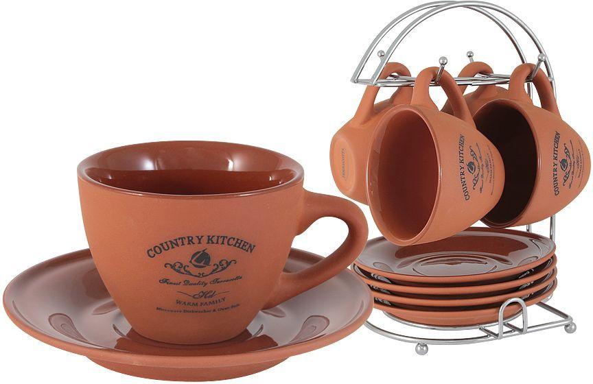 Набор чайный Terracotta Умбра, на подставке, 9 предметов54098Чайный набор Terracotta состоит из 4 чашек и 4 блюдец, выполненных из высококачественной керамики. Изделия декорированы оригинальным принтом и имеют изысканный внешний вид. В комплекте имеется металлическая подставка с четырьмя крючками для подвешивания кружек. Такой чайный набор красиво оформит стол к чаепитию и порадует вас простой и функциональностью. Торговая марка Terracotta - это коллекции разнообразной посуды для сервировки стола, хранения продуктов и приготовления пищи из жаропрочной керамики, покрытой высококачественной глазурью. Достоинства керамической посуды, известные во всем мире: отсутствие выделений химических примесей, равномерный нагрев и долгое сохранение температуры позволяют придавать особый аромат пище, сохранять витамины и другие ценные питательные вещества. Изделия Terracotta идеально подходят для выпечки, приготовления различных блюд и разогревания пищи в духовом шкафу или микроволновой печи. Могут использоваться для хранения продуктов, в том числе в холодильнике. Мыть керамическую посуду рекомендуется теплой водой с небольшим количеством моющих средств. Лучше не использовать абразивные пасты и металлические мочалки. Допускается мытье в посудомоечной машине при соблюдении инструкции изготовителя посудомоечной машины. Посуда требует осторожности: защиты от сильного удара или падения. В наборах и отдельных предметах используются и другие виды материалов, вышеуказанные рекомендации применимы только к керамическим изделиям. Посуда торговой марки Terracotta совмещает в себе современные технологии и новые идеи, благодаря чему достигаются высокое качество, разнообразие форм и дизайнов. Упаковка для каждой серии выполнена в фирменном стиле, что делает эту продукцию не только полезным, но и красивым подарком.