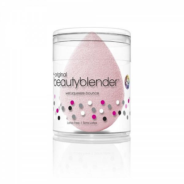 Спонж Beautyblender bubble1053Спонж beautyblender в новом нежно-розовом оттенке bubble, выпущенный в честь 15-летия бренда, позволяет с лёгкостью распределить тональное средство и создать безупречный макияж. Cпонж beautyblender имеет структуру открытой ячейки, которая наполняется небольшим количеством воды, когда спонж смачивают. Благодаря этому косметическое средство остается на поверхности спонжа, а не поглощается им. Технология использования - увлажнить. сжать. нанести. Все спонжи beautyblender безлатексные и не имеют запаха. beautyblender - американский бренд, созданный голливудским визажистом Реа Энн Сильва, у которой за плечами более 20 лет работы в бьюти-индустрии. Поначалу beautyblender был тайным ингредиентом съёмочных площадок, но после неоднократных побед в престижной бьюти-премии Allure Best of Beauty получил известность и признание во всем мире.
