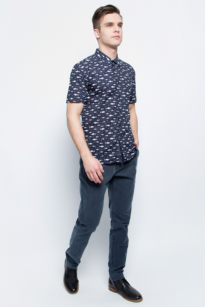 Рубашка мужская Finn Flare, цвет: темно-синий. S17-24038_101. Размер M (48)S17-24038_101Рубашка мужская Finn Flare выполнена из натурального хлопка. Модель с отложным воротником и короткими рукавами застегивается на пуговицы.