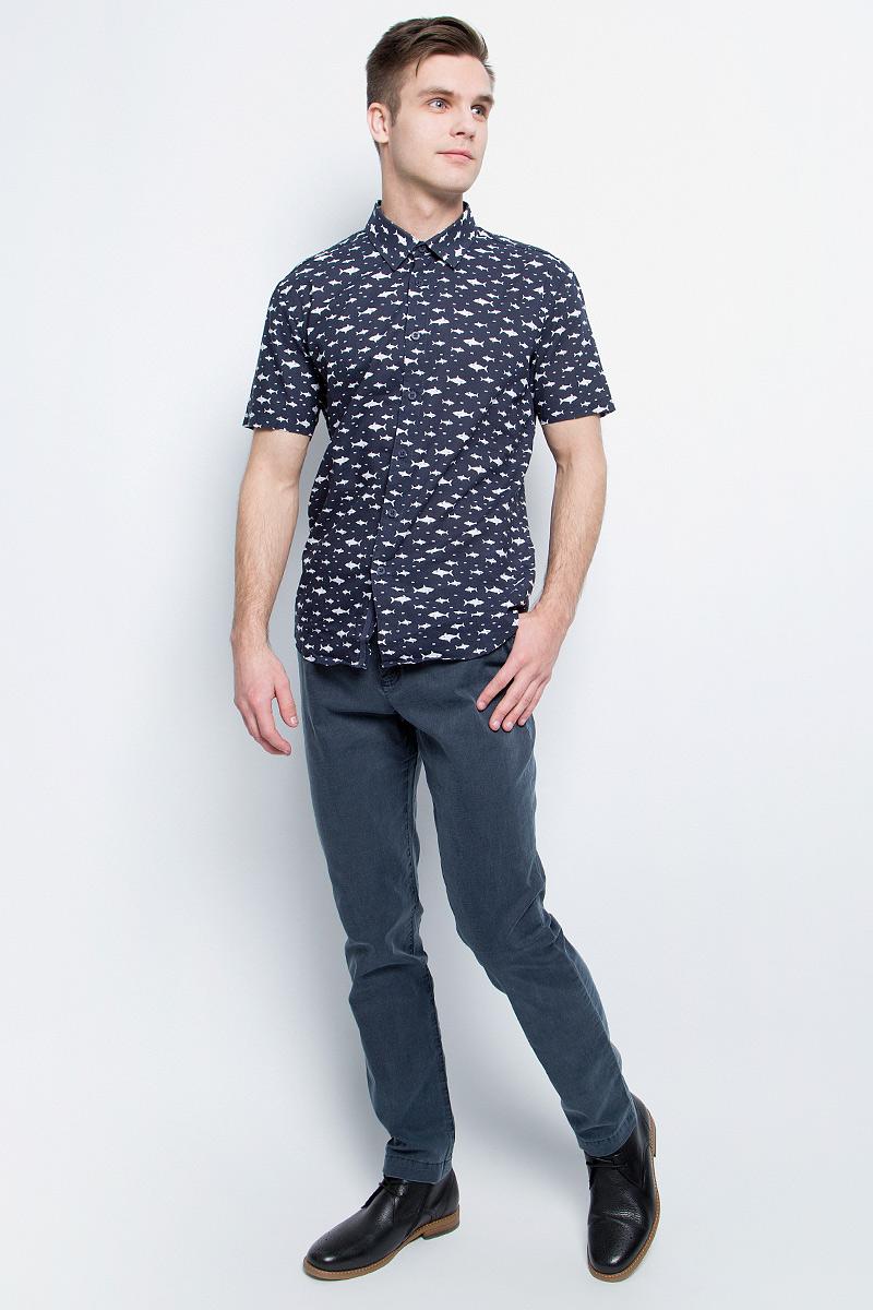 Брюки мужские Finn Flare, цвет: темно-синий. S17-21001_101. Размер M (48)S17-21001_101Стильные мужские брюки Finn Flare станут отличным дополнением к вашему гардеробу. Модель изготовлена из высококачественного хлопка с добавлением эластана, она великолепно пропускает воздух и обладает высокой гигроскопичностью. Застегиваются брюки на пуговицу и ширинку на застежке-молнии. На поясе имеются шлевки для ремня. Эти модные и в тоже время удобные брюки помогут вам создать оригинальный современный образ. В них вы всегда будете чувствовать себя уверенно и комфортно.