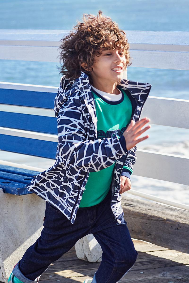 Куртка детская Reima Roder, цвет: синий, белый. 5312756983. Размер 1525312756983Эту очень легкую куртку можно хранить в ее собственном кармане! Но это совершенно не сказалось на качестве: дышащий материал не пропускает ветер и дождь, а все самые важные швы заклеены, водонепроницаемы. Простая в уходе куртка практически не мнется и снабжена съемным капюшоном. Капюшон безопасен во время игр на улице, он легко отстегнется, если за что-нибудь зацепится. Регулируемый подол и талия, карманы с клапанами завершают образ.