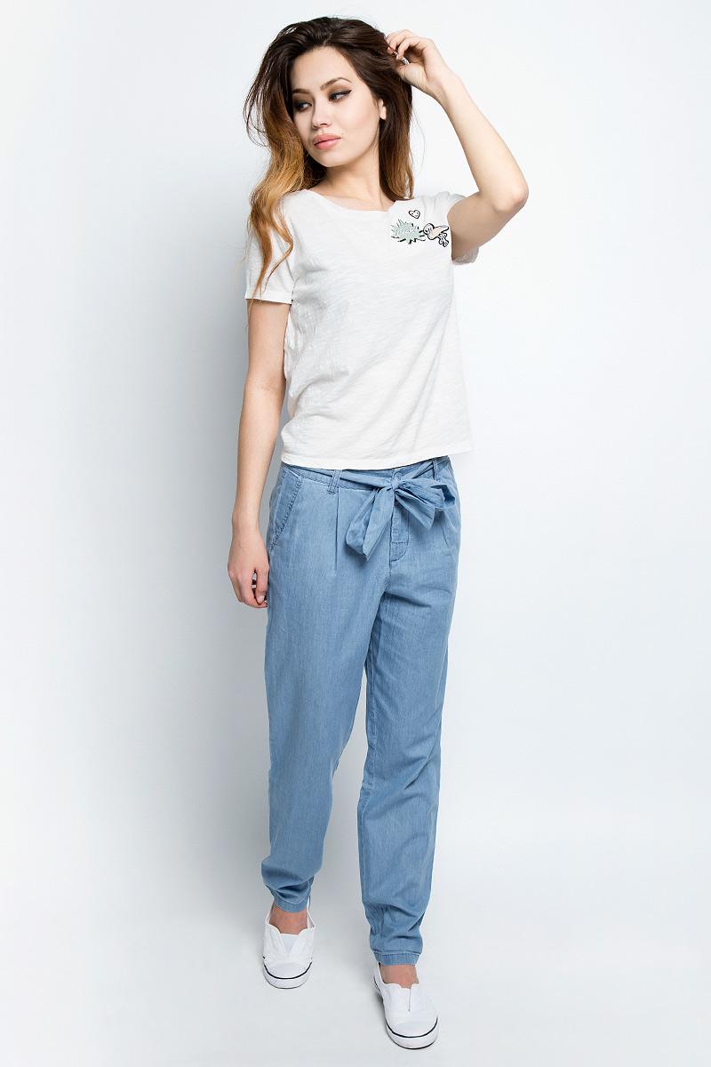 Брюки женские Tom Tailor, цвет: голубой. 6404870.00.71_1051. Размер M (46)6404870.00.71_1051Женские брюки Tom Tailor, стилизованные под джинсы, изготовлены из натурального хлопка. Брюки свободного кроя на талии застегиваются на пуговицу, так же предусмотрена ширинка за застежке-молнии. Модель на талии дополнена шлевками для ремня и широким трикотажным поясом в том брюкам. По бокам имеются два втачных кармана, а сзади - два прорезных кармана.Такие брюки великолепно дополнят базовый гардероб современной и уверенной в себе девушки.