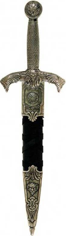 Дага короля Артура. Оружейная реплика. Ножны черные, никельD7/4139NQДага — кинжал для левой руки при фехтовании шпагой, получивший широкое распространение в Европе в XV—XVII веках. Во Франции назывались мэн-гош (фр. main-gauche — левая рука), так же назывался стиль сражения с оружием в обеих руках. При ношении дагу без ножен держали за поясом с правой стороны, чтобы облегчить её выхватывание левой рукой. В поединке дагу, как и шпагу, выставляли остриём вперёд, нацеливая его на уровень шеи противника. Во время поединка на дагу ловили удары и выпады клинка шпаги противника, а шпагой в правой руке проводили ответные удары. Отличительной особенностью фехтования с использованием даги является наличие большого количества вариантов двойных действий — комбинаций двойных защит и ударов. Кроме оборонительных целей дага использовалась как наступательное оружие на коротких дистанциях.До 1400 года даги были в большей степени оружием простолюдинов. Но уже в XV веке они становятся оружием рыцарей, в частности, использовались в Битве при Азенкуре в 1415 году. В XV и первой половине XVI века законодателями моды в фехтовании считались испанцы. Клинки толедских мастеров и широкое распространение дуэлей привело к появлению стиля Эспада и дага (исп. espada y daga), когда шпага в правой руке использовалась для атаки, а дага в левой руке для отражения ударов противника. В связи с этим наиважнейшей частью даги является гарда, на которую приходятся основные удары клинка противника. Кроме оружия ближнего боя дага использовалась как кинжал для удара милосердия — последнего удара, наносимого смертельно раненому, но еще живому противнику. Дага имеет вид короткой, не превышающей в длину 50-60 см, колюще-режущей шпаги с узким клинком и усиленной гардой. Клинок имеет плоскую, шириной от полутора до двух с половиной сантиметров, или четырёхгранную, с шириной грани, равной 1 см, форму. Эфес даги имеет широкую гарду. Гарды могут быть в виде чаши или в виде дужек. Даги могли иметь различные ловчие уст
