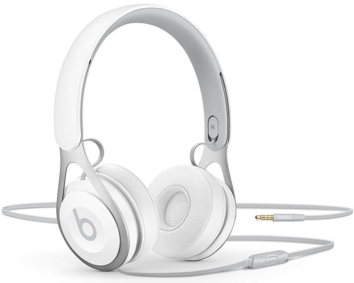 Beats EP, White наушникиML9A2ZE/AНакладные наушники, диаметром 6,5 см, Beats EP обеспечивают великолепно сбалансированный звук. Время воспроизведения неограничено аккумуляторами, а тонкая прочная конструкция усилена лёгкой нержавеющей сталью. Beats EP - этоидеальное знакомство с Beats для всех, кто любит музыку и ищет богатое динамичное звучание.Накладные наушники Beats EP обеспечивают великолепно сбалансированный звук - такой, каким он был задуман.Акустическая система точно настроена для чистого, сбалансированного звучания в широком диапазоне. Наушники Beats EP прочные, лёгкие и удобные. Тонкая прочная конструкция усилена лёгкой нержавеющей стальюи вертикальными слайдерами, положение которых можно настроить для удобной посадки. Созданы дляповседневного использования.Beats EP созданы, чтобы сопровождать вас повсюду. Никаких аккумуляторов - время воспроизведения неограничено, а фиксированный кабель с защитой от запутывания позволяет сосредоточить всё внимание намузыке. Надевайте - и вперёд.