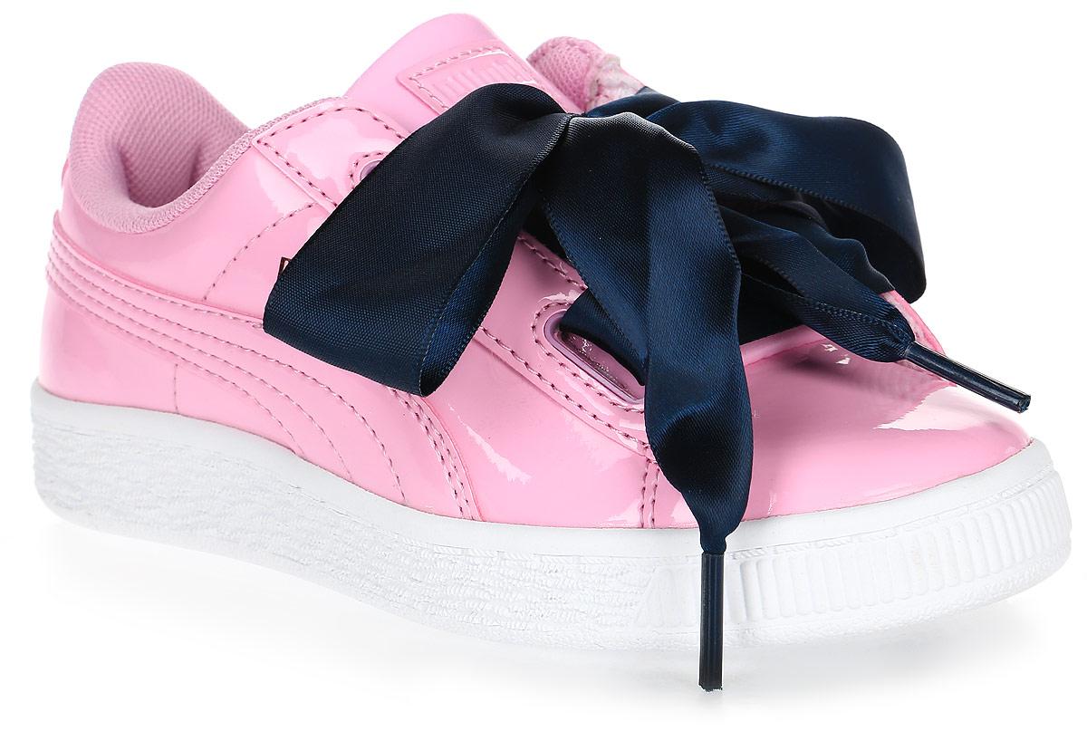 Кроссовки для девочки Puma, цвет: розовый, темно-синий. 36335203. Размер 2,5 (34)36335203Модель Basket была выпущена Puma в далеком 1971 году, став своего рода ответом в коже на легендарные кроссовки Suede. Сегодня обувь Basket Heart Patent органично сочетает прошлое и настоящее благодаря очаровательным женственным деталям, в частности, оригинальной системе шнуровки. В комплекте также прилагаются утолщенные шнурки из тесьмы, добавляющие экстравагантности.