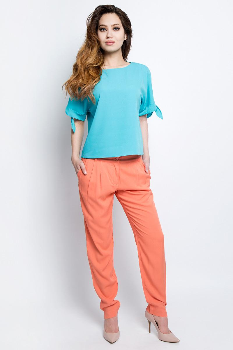 Блузка женская Baon, цвет: голубой. B197046_Cloudless. Размер L (48)B197046_CloudlessБлузка женская Baon выполнена из полиэстера. Модель прямого кроя имеет интересную деталь - рукава с декором в виде завязывающихся узлов.