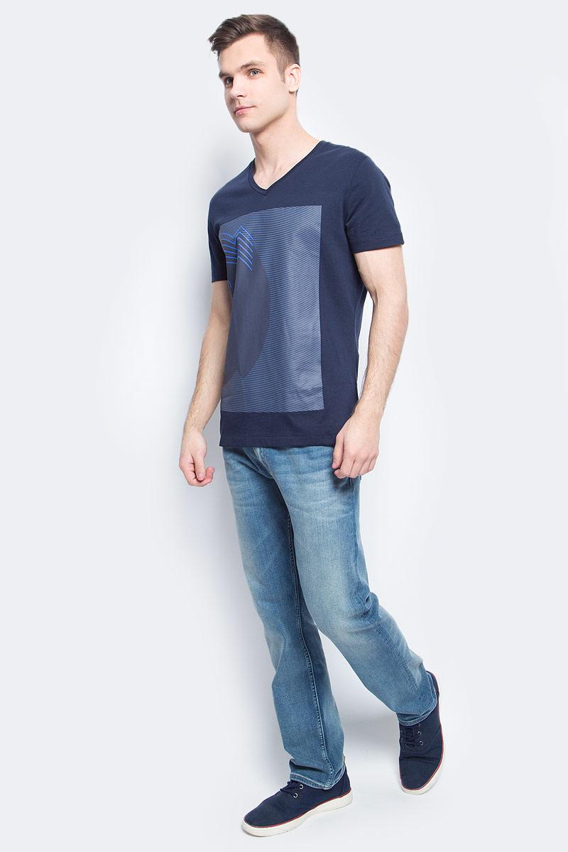 Футболка мужская Calvin Klein Jeans, цвет: темно-синий. J30J304609. Размер M (46/48)J30J304609Мужская футболка Calvin Klein Jeans изготовлена из натурального хлопка. Модель выполнена V-образной горловиной и короткими рукавами. Футболка оформлена крупным оригинальным принтом.