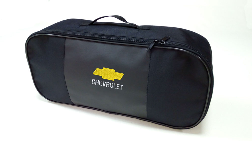Сумка для набора техосмотра Auto Premium Chevrolet. 6730767307Сумка для набора техосмотра выполнена из прочного и износоустойчивого материла ПВХ со вставкой из экокожи. Идеально подходит для хранения огнетушителя, знака аварийной остановки, буксировочного троса и т.п.Размер сумки 47 х 21 х 13 см.