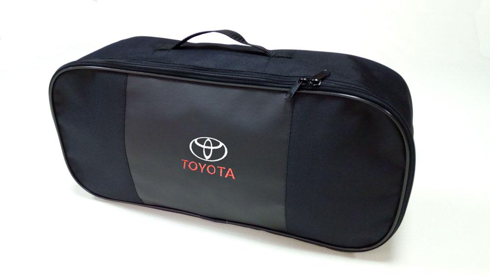 Сумка для набора техосмотра Auto Premium Toyota. 6731367313Сумка для набора техосмотра выполнена из прочного и износоустойчивого материла ПВХ со вставкой из экокожи. Идеально подходит для хранения огнетушителя, знака аварийной остановки, буксировочного троса и т.п.Размер сумки 47 х 21 х 13 см.