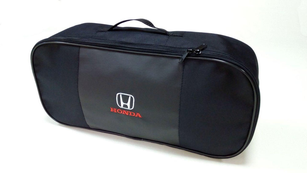 Набор автомобильный Auto Premium Honda67353Автомобильный набор в сумке с логотипом оснащен базовыми элементами, которые необходимы каждому автолюбителю. Состав набора: - аптечка первой помощи автомобильная; - трос буксировочный 5 т; - огнетушитель порошковый ОП-2(з)-АВСЕ, с металлическим ЗПУ; - знак аварийной остановки; - сумка для набора техосмотра со вставкой из экокожи и вышивкой.