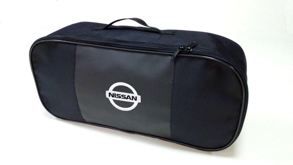 Набор автомобильный Auto Premium Nissan. 6735567355Автомобильный набор в сумке с логотипом оснащен базовыми элементами, которые необходимы каждому автолюбителю. Состав набора: - аптечка первой помощи автомобильная; - трос буксировочный 5т/пет/пакет; - Огнетушитель порошковый ОП-2(з) -АВСЕ, с металлическим ЗПУ; - знак аварийной остановки; - сумка для набора техосмотра Премиум со вставкой из экокожи и вышивкой. Размер сумки 47 х 21 х 13 см.