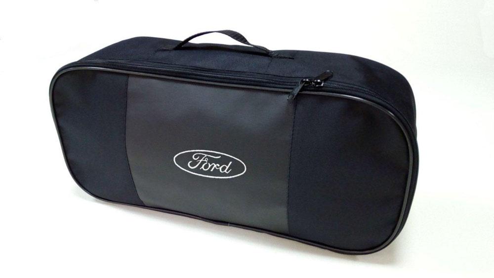 Набор автомобильный Auto Premium Ford67356Автомобильный набор в сумке с логотипом оснащен базовыми элементами, которые необходимы каждому автолюбителю. Состав набора: - аптечка первой помощи автомобильная; - трос буксировочный 5 т; - огнетушитель порошковый ОП-2(з)-АВСЕ, с металлическим ЗПУ; - знак аварийной остановки; - сумка для набора техосмотра со вставкой из экокожи и вышивкой.