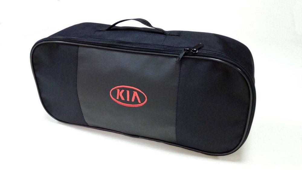 Набор автомобильный Auto Premium Kia. 6736567365Автомобильный набор в сумке с логотипом оснащен базовыми элементами, которые необходимы каждому автолюбителю.Состав набора:- аптечка первой помощи автомобильная;- трос буксировочный 5т/пет/пакет;- Огнетушитель порошковый ОП-2(з) -АВСЕ, с металлическим ЗПУ;- знак аварийной остановки;- сумка для набора техосмотра Премиум со вставкой из экокожи и вышивкой.Размер сумки 47 х 21 х 13 см.