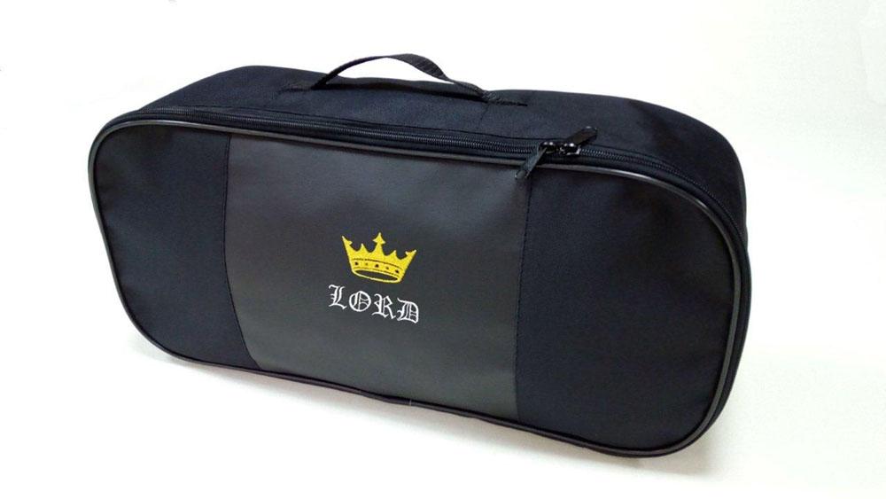 Набор автомобильный Auto Premium Лорд. 6739967399Автомобильный набор в сумке с логотипом оснащен базовыми элементами, которые необходимы каждому автолюбителю. Состав набора: - аптечка первой помощи автомобильная; - трос буксировочный 5т/пет/пакет; - Огнетушитель порошковый ОП-2(з) -АВСЕ, с металлическим ЗПУ; - знак аварийной остановки; - сумка для набора техосмотра Премиум со вставкой из экокожи и вышивкой. Размер сумки 47х21х13.