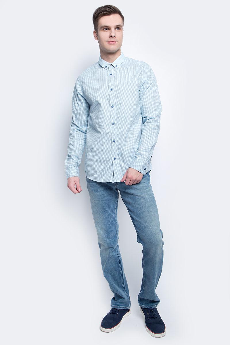 Рубашка мужская Calvin Klein Jeans, цвет: голубой. J30J304589. Размер L (48/50)J30J304589Стильная мужская рубашка Calvin Klein Jeans, выполнена из натурального хлопка. Приталенная модель с отложным воротником и длинными рукавами застегивается на пуговицы по всей длине. Воротничок и манжеты рукавов оснащены застежками-пуговицами.