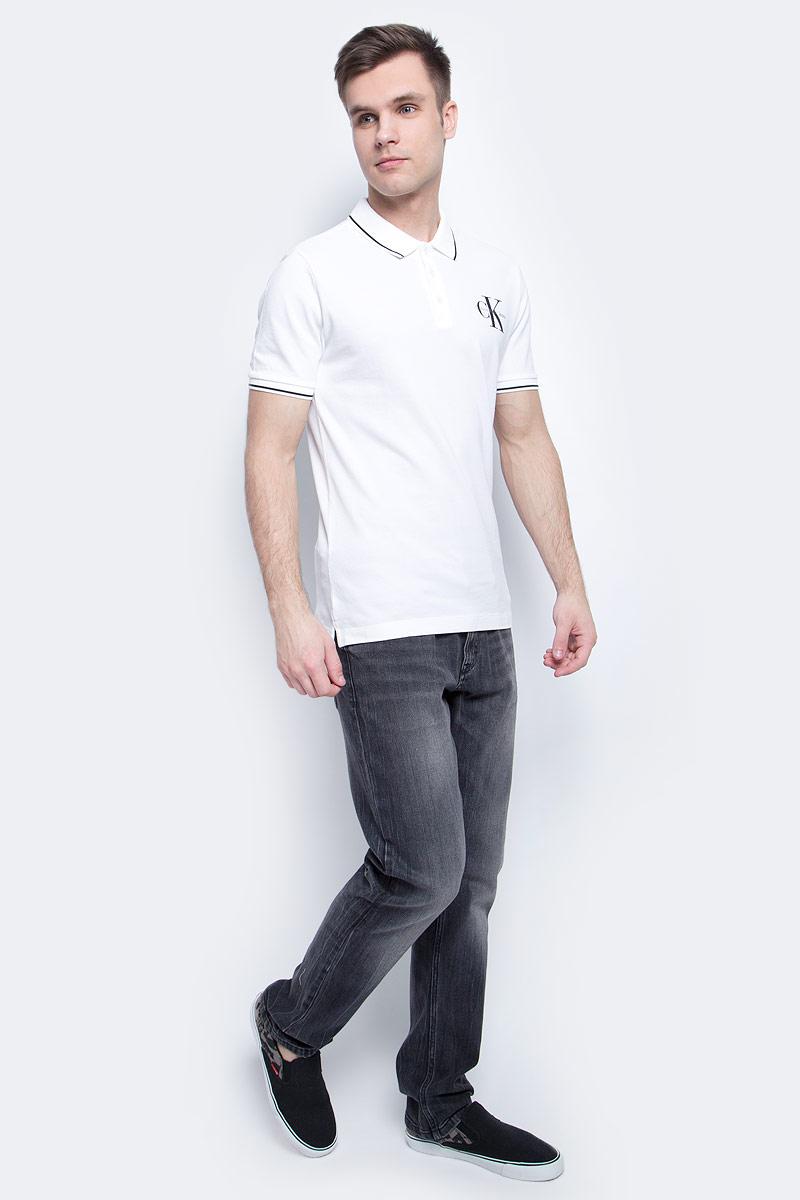 Поло мужское Calvin Klein Jeans, цвет: белый. J30J304671. Размер XXL (52/54)J30J304671Мужское поло Calvin Klein Jeans изготовлено из хлопка с добавлением эластана. Классическая модель с короткими рукавами и отложным воротником застегивается спереди на три пуговицы. По бокам имеются небольшие разрезы. Воротник и манжеты рукавов дополнены полосами контрастного цвета.
