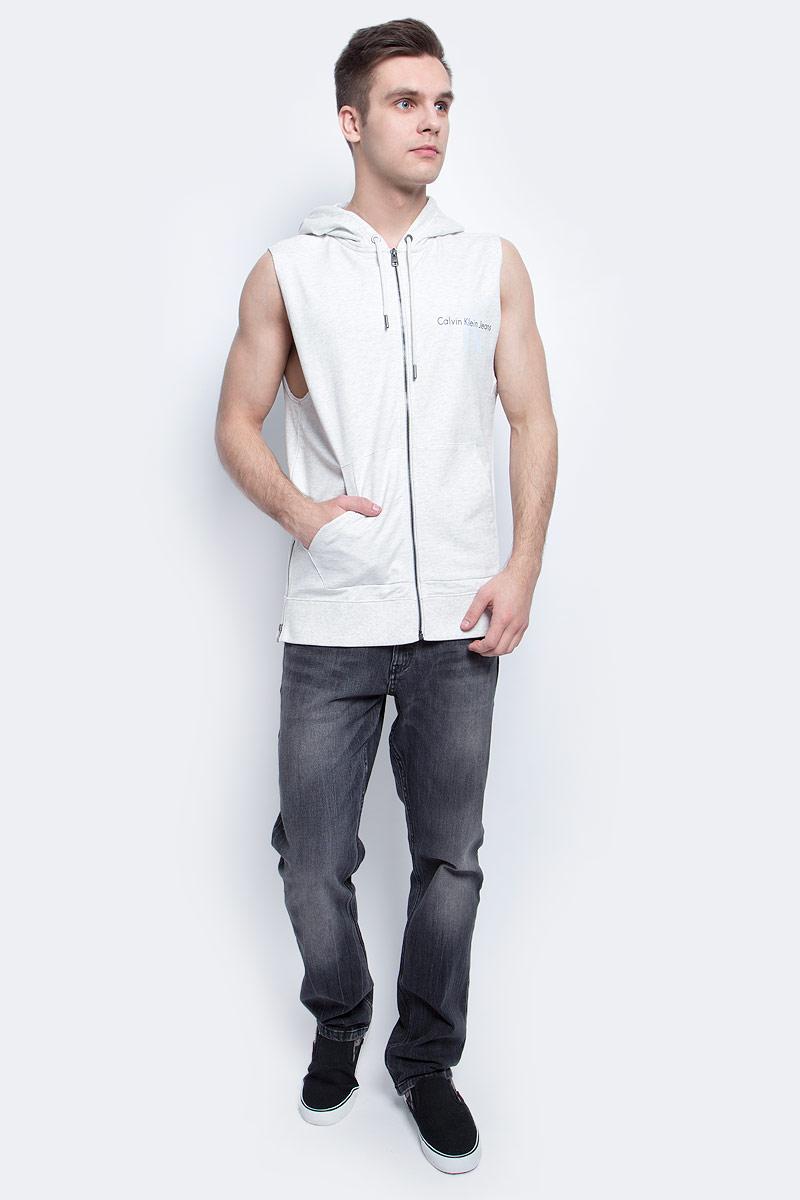 Жилет мужской Calvin Klein Jeans, цвет: светло-серый. J30J304800. Размер XXL (52/54)J30J304800Мужской спортивный жилет Calvin Klein Jeans изготовлен из высококачественного хлопка. Модель с капюшоном застегивается на молнию, капюшон затягивается на прочный шнурок. Спереди модель дополнена двумя накладными карманами. По бокам изделия имеются металлические молнии, низ дополнен широкой эластичной резинкой.