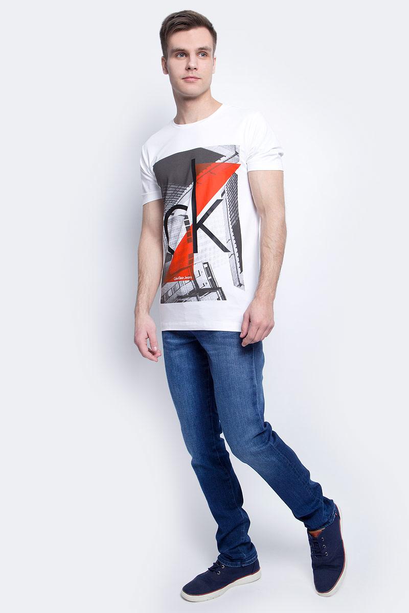 Джинсы мужские Calvin Klein Jeans, цвет: синий. J30J304300. Размер 33-34 (50/52-34)J30J304300Модные мужские джинсы Calvin Klein Jeans выполнены из хлопка с добавлением эластана и полиэстера, что обеспечивает комфорт и удобство при носке.Джинсы модели-слим имеют стандартную посадку. Модель застегивается на пуговицу в поясе и ширинку на молнии. Имеются шлевки для ремня. Спереди модель дополнена двумя втачными карманами, сзади - двумя врезными карманами на пуговицах. Модель оформлена эффектом потертости.