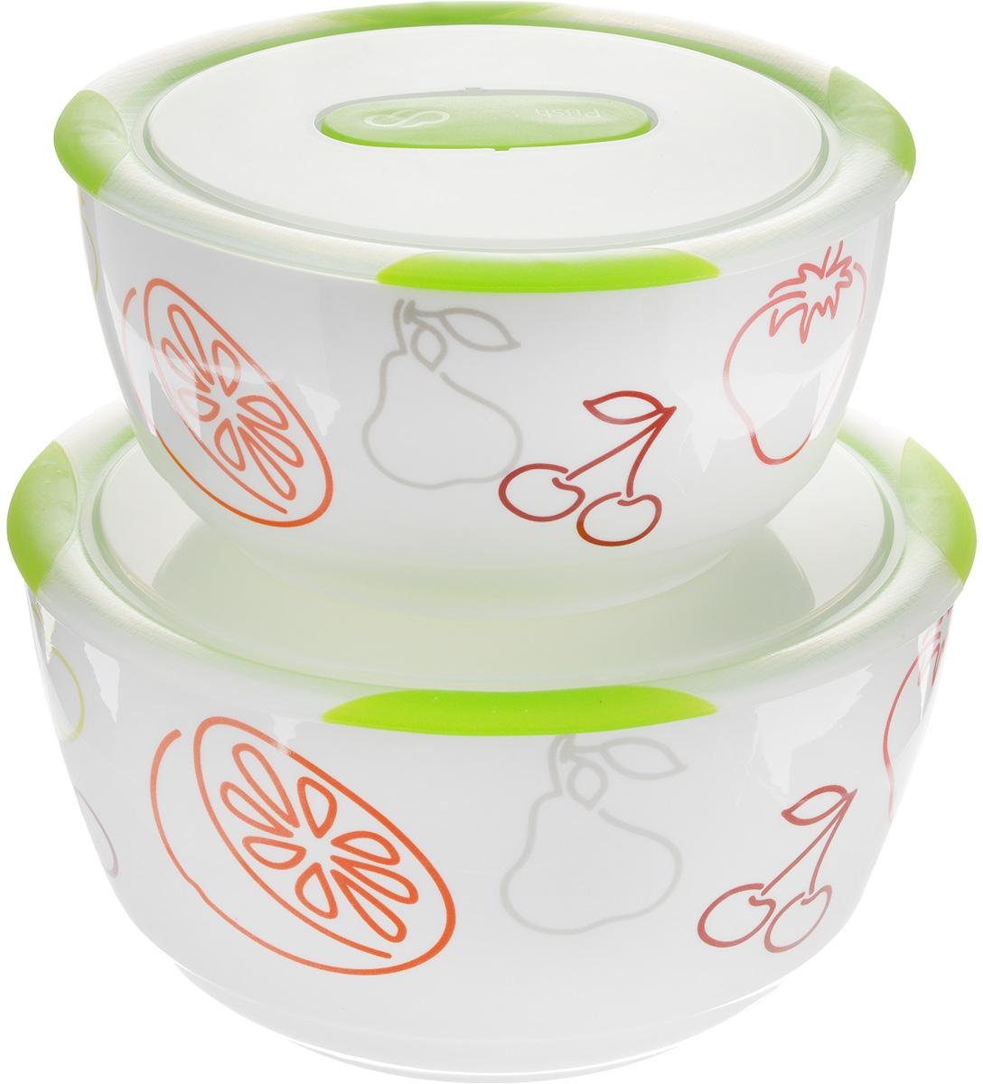 Набор мисок Oursson Bon Appetit, с крышками, цвет:зеленое яблоко, белый, 2 штBS4781RC/GAНабор Oursson состоит из двух мисок разного размера, выполненных из керамики и оформленных рисунком. Керамика, из которой изготовлены емкости, выдерживает температуру до 250°С, поэтому подать блюда на стол можно сразу после приготовления в микроволновой печи или духовом шкафу.Миски снабжены плотно закрывающимися пластиковыми крышками с технологией Clip Fresh. Такой набор прекрасно подходит для хранения продуктов и соусов без проливания, которые не прольются при переноске благодаря силиконовому уплотнителю, обеспечивающему 100% герметичность.Миски являются универсальным приобретением для любой кухни. С их помощью можно готовить блюда, хранить продукты и даже сервировать стол. Оригинальный дизайн, высокое качество и функциональность набора Oursson позволят ему стать достойным дополнением к вашему кухонному инвентарю.Можно мыть в посудомоечной машине. Характеристика емкости №1: Объем: 3 л.Высота стенки: 11,3 см. Диаметр (по верхнему краю): 21,3 см.Характеристика емкости №2: Объем: 1,7 л.Высота стенки: 9 см.Диаметр (по верхнему краю): 18,1 см.