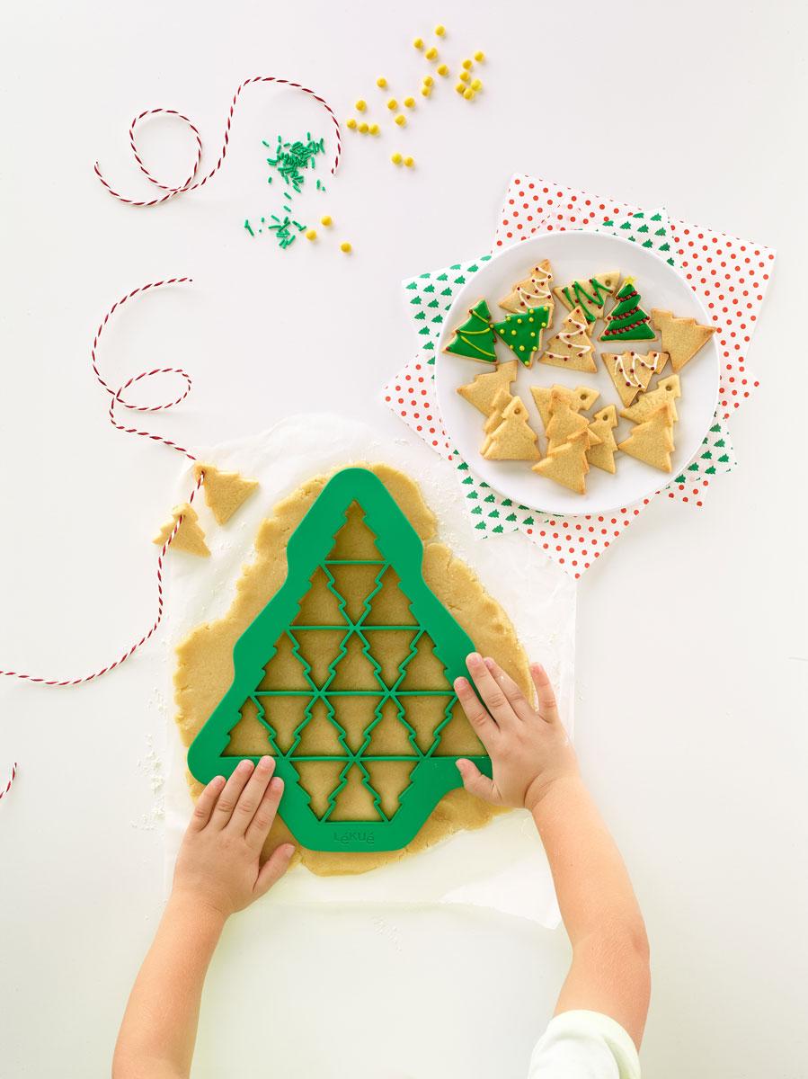 Откройте новый оригинальный способ приготовления печенья!   Испеките 19 печений в форме елочки с помощью всего одного жеста.     Попробуйте также украсить печенье, набор включает в себя идеи для украшения ваших елочек! Печенье получается красочным и праздничным!    Готовьте вместе с детьми!       Как выбрать форму для выпечки – статья на OZON Гид.