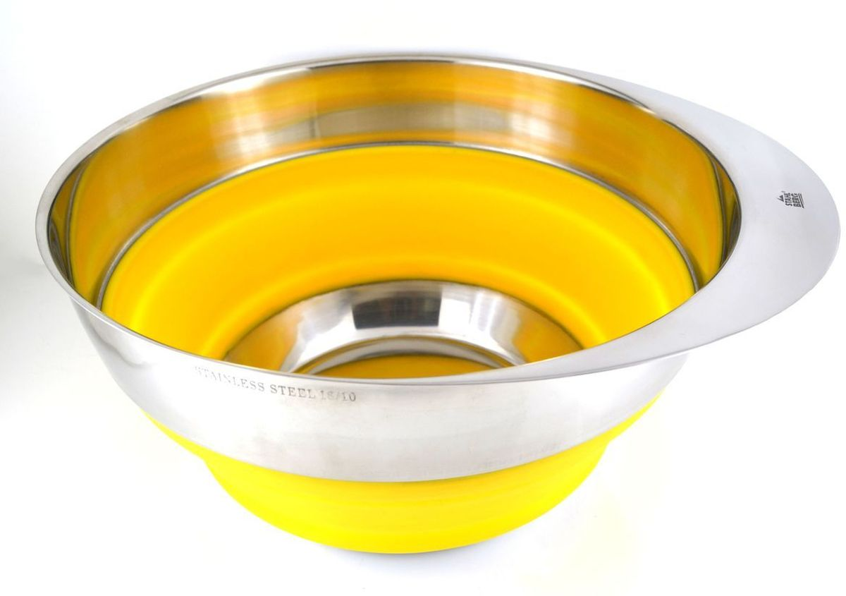 Миска Stahlberg, складная, цвет: желтый, диаметр 25,4 см2606-SОбодок изделия с зеркальной поверхностью изготовлен из нержавеющей стали 18/10. Внутренняя часть предмета выполнена из силикона. Этотматериал нетоксичен, устойчив к высоким температурам, и его легко очистить. Благодаря складному корпусу миска не займёт много места вкухонных шкафах.Правила ухода:- не допускайте засыхания пищи в посуде, и вам не придётся использовать для очищения дополнительные средства; - не мойте предмет абразивными порошками и металлическими щётками — такое обращение может испортить зеркальную поверхность изделия;- сразу после очистки протрите миску мягкой тканью, это позволит избежать пятен и разводов.