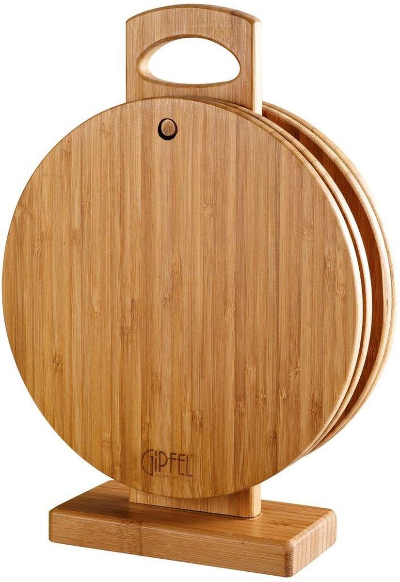 """Набор разделочных досок Gipfel """"Vermanto"""" состоит из 4 круглых разделочных досок и стойки. Изделия выполнены из бамбука и дерева.  Допускается использование металлических аксессуаров.  Такой стильный и функциональный набор станет достойным украшением любой кухни.Диаметр доски: 22 см."""