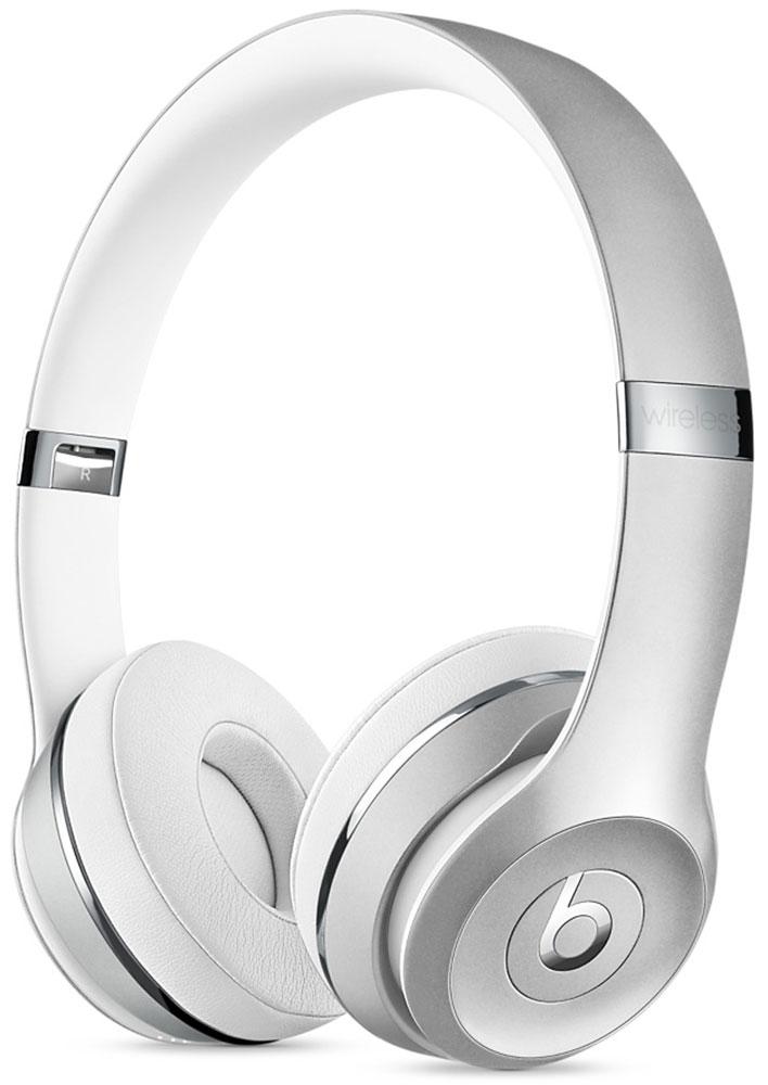 Beats Solo3 Wireless, Silver беспроводные наушникиMNEQ2ZE/AНаушники Beats Solo3 могут работать до 40 часов без подзарядки, чтобы вы могли пользоваться ими каждый день.5-минутной зарядки Fast Fuel хватит ещё на 3 часа воспроизведения. Фирменное звучание Beats в наушниках стехнологией Bluetooth класса 1 будет сопровождать вас повсюду - куда бы вы ни отправились. Расположениечашек с мягкими амбушюрами можно регулировать - вы сможете носить их целый день.Беспроводные наушники готовы к работе в любой момент. Включите их и поднесите к своему iPhone - онимгновенно подключатся к нему, а заодно и к вашим Apple Watch, iPad и Mac. В Solo3 с технологией Bluetooth класса 1вы сможете слушать музыку где бы вы ни были.Неотъемлемая черта Beats Solo3 - знаменитое звучание Beats. Точная настройка акустической системыобеспечивает чистое сбалансированное звучание в широком диапазоне. Мягкие удобные чашки блокируютвнешние шумы и позволяют вам услышать все оттенки любимой музыки.В беспроводных наушниках с энергоэффективным процессором Apple W1 вы сможете слушать музыку до 40 часовбез подзарядки. 5-минутной подзарядки Fast Fuel вам хватит ещё на 3 часа работы - слушайте музыкупрактически без остановки. Встроенные элементы управления и сдвоенные микрофоны направленного действияпозволяют отвечать на звонки, управлять воспроизведением, регулировать громкость и общаться с Siri - куда бывы ни отправились.Дизайн Beats Solo3 выдержан в характерном для линейки стиле - выразительном и минималистичном.Расположение чашек с мягкими амбушюрами можно регулировать - вы сможете носить их целый день.Стремительные изгибы, отсутствие видимых винтов и вращающиеся амбушюры дополняют естественную посадкуэтих наушников, эргономичная конструкция которых рассчитана на обеспечение оптимального комфорта икачества звучания.