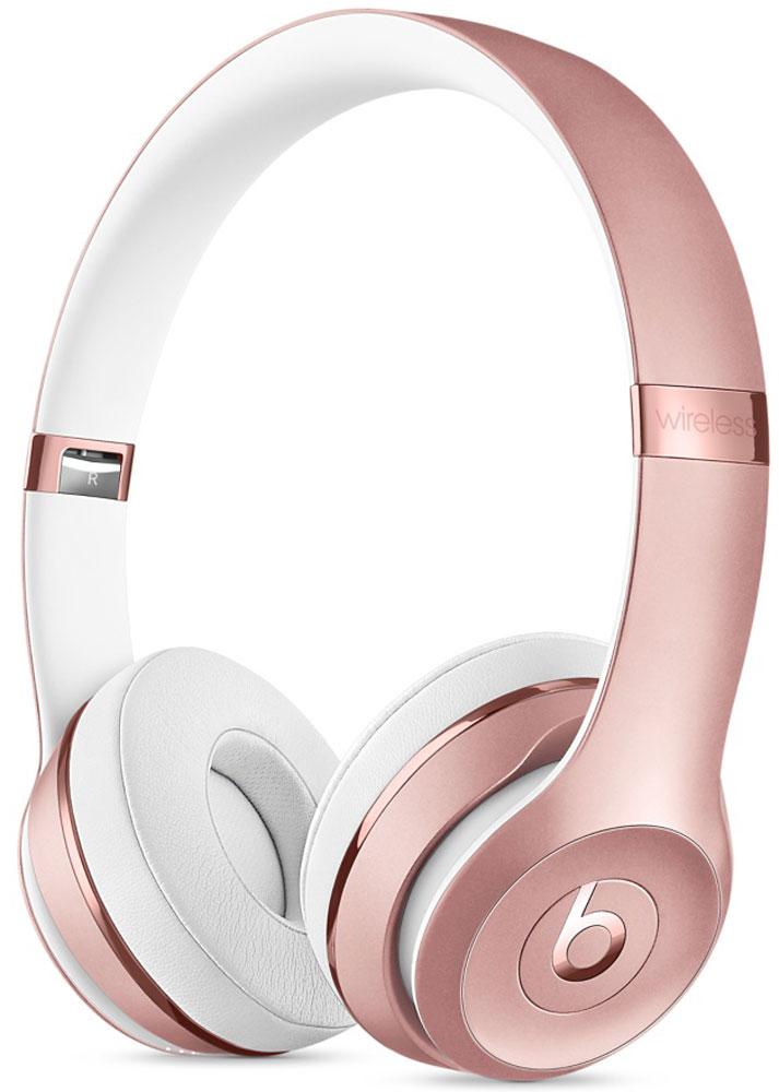 Beats Solo3 Wireless, Pink Gold беспроводные наушникиMNET2ZE/AНаушники Beats Solo3 могут работать до 40 часов без подзарядки, чтобы вы могли пользоваться ими каждый день. 5-минутной зарядки Fast Fuel хватит ещё на 3 часа воспроизведения. Фирменное звучание Beats в наушниках с технологией Bluetooth класса 1 будет сопровождать вас повсюду - куда бы вы ни отправились. Расположение чашек с мягкими амбушюрами можно регулировать - вы сможете носить их целый день.Беспроводные наушники готовы к работе в любой момент. Включите их и поднесите к своему iPhone - они мгновенно подключатся к нему, а заодно и к вашим Apple Watch, iPad и Mac. В Solo3 с технологией Bluetooth класса 1 вы сможете слушать музыку где бы вы ни были.Неотъемлемая черта Beats Solo3 - знаменитое звучание Beats. Точная настройка акустической системы обеспечивает чистое сбалансированное звучание в широком диапазоне. Мягкие удобные чашки блокируют внешние шумы и позволяют вам услышать все оттенки любимой музыки.В беспроводных наушниках с энергоэффективным процессором Apple W1 вы сможете слушать музыку до 40 часов без подзарядки. 5-минутной подзарядки Fast Fuel вам хватит ещё на 3 часа работы - слушайте музыку практически без остановки. Встроенные элементы управления и сдвоенные микрофоны направленного действия позволяют отвечать на звонки, управлять воспроизведением, регулировать громкость и общаться с Siri - куда бы вы ни отправились.Дизайн Beats Solo3 выдержан в характерном для линейки стиле - выразительном и минималистичном. Расположение чашек с мягкими амбушюрами можно регулировать - вы сможете носить их целый день. Стремительные изгибы, отсутствие видимых винтов и вращающиеся амбушюры дополняют естественную посадку этих наушников, эргономичная конструкция которых рассчитана на обеспечение оптимального комфорта и качества звучания.