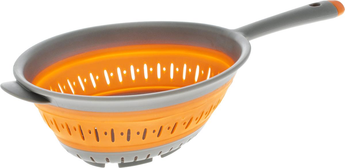 Дуршлаг складной Oursson, цвет: оранжевый, серый, 18 х 20 смCL3601SP/ORСкладной дуршлаг Oursson станет полезным приобретением для вашей кухни. Он изготовлен из высококачественного пищевого силикона и пластика. Дуршлагоснащен удобной эргономичной ручкой со специальным отверстием для подвешивания. Изделиепрекрасно подходит для процеживания, ополаскивания истекания макарон, овощей, фруктов. Легко сложить - одно движение руки и онстановится плоским, а следовательно занимает минимум места при хранении.Можно мыть в посудомоечной машине.Диаметр (по верхнему краю): 20 см.Диаметр ( по внутреннему краю): 18 см.Максимальная высота: 9 см.Минимальная высота: 2,7 см.Длина ручки: 13 см.
