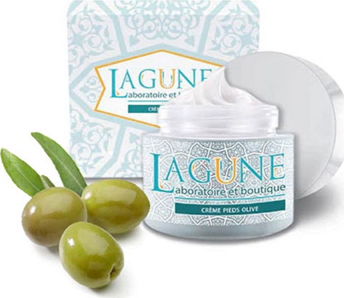 Lagune Крем для ног с маслом оливы: увлажнение и защита 150 мл4627117800178Питательный крем для ног глубоко проникает в кожу, увлажняя, смягчая и питая. Придает коже ног ухоженный и здоровый вид. Оливковое масло идеальное средство для кожи: оно не вызывает аллергических реакций, обладает дезинфицирующим и ранозаживляющим действием, что помогает решить проблемы сухой, воспаленной и обезвоженной кожи, активно воздействует на жировой обмен, снимает боль, в том числе после спортивных тренировок. Оливковое масло содержит значительное количество витамина Е, одного из мощнейших антиоксидантов, но дополнительное введение витамина Е в состав крема для ног превращает его в эффективное средство для стимуляции регенерации кожи, улучшения ее кровоснабжения и увлажнения, защиты от грибковых поражений. Масло Ши одно из наиболее ценных масел, применяемых в косметологии. Увлажняющие и смягчающие свойства масла предупреждают истончение кожи, помогают бороться с мелкими морщинами и возрастными изменениями.