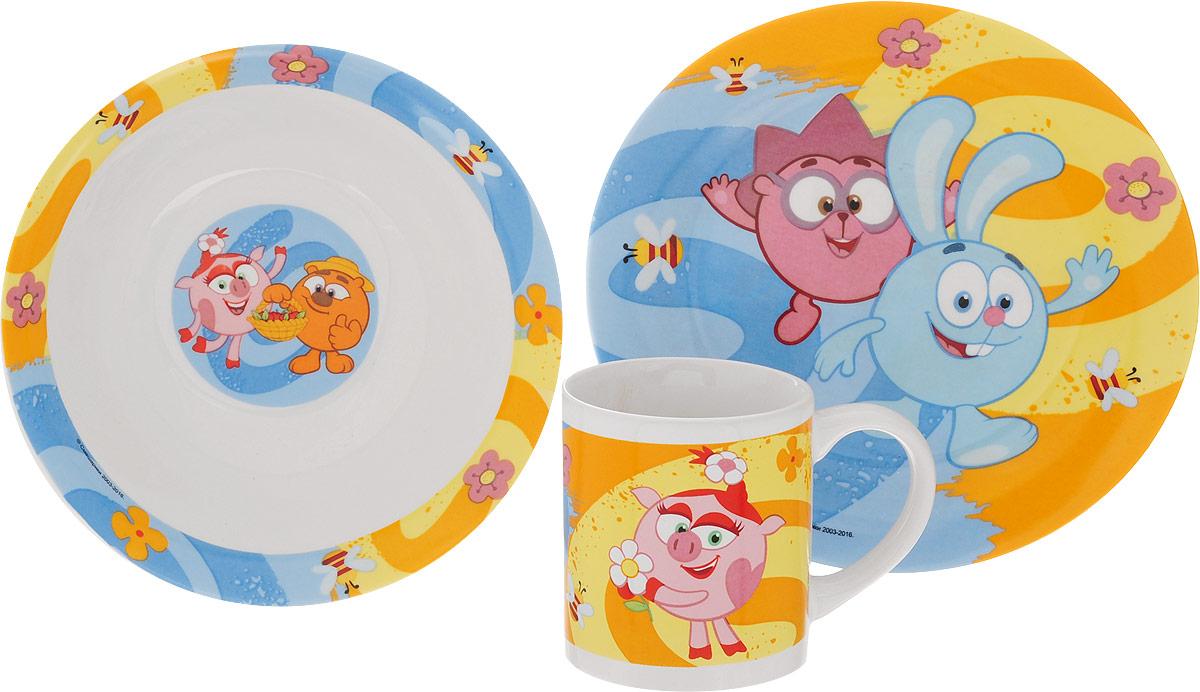 Смешарики Набор детской посуды Друзья 3 предметаЛ0878Набор детской посуды Смешарики Друзья идеально подойдет для кормления малыша и самостоятельного приема пищи. В комплект входят: миска, тарелка и кружка. Все элементы набора выполнены из прочной керамики и оформлены яркими изображениями героев мультфильма Смешарики.Глубокая миска имеет высокие бортики, которые обеспечат удобство кормления и предотвратят случайное проливание жидкой пищи. Тарелка диаметром 19 см понравится малышу своим ярким дизайном. Широкие бортики сделают прием пищи комфортным.Тарелка предназначена для горячей и холодной пищи.Кружка подойдет для любых напитков. Объем кружки - 240 мл. Кружка имеет удобную ручку, а ее небольшие размеры и вес позволят малышу без труда держать кружку самостоятельно. Посуда подходит для мытья в посудомоечной машине и использования в микроволновой печи. Яркая посуда с любимыми героями порадует малыша и сделает любой прием пищи приятным и веселым.