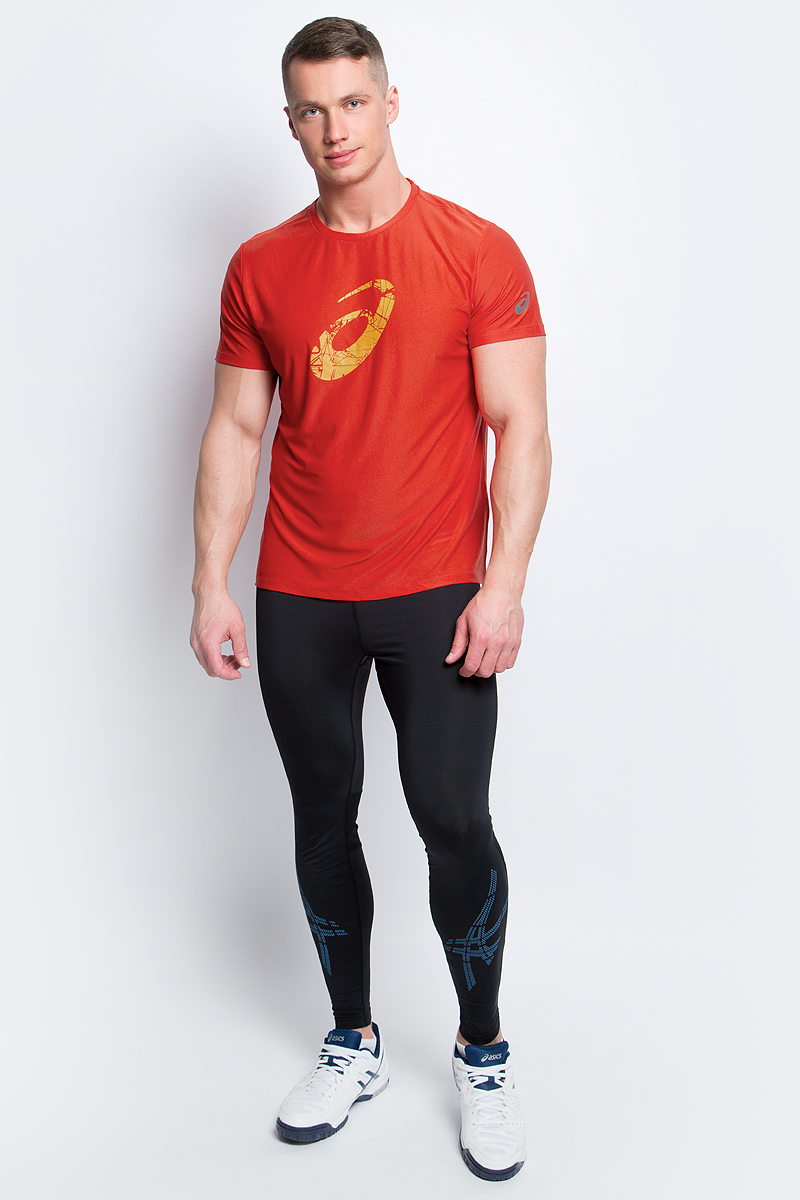 Футболка для бега мужская Asics Graphic SS Top, цвет: красный. 134085-0626. Размер XXL (54/56)134085-0626Стильная мужская футболка для бега Asics Graphic SS Top, выполненная из высококачественного полиэстера с применением технологии Motion Dry, обладает высокой воздухопроницаемостью, а также превосходно отводит влагу от тела, оставляя кожу сухой даже во время интенсивных тренировок. Такая футболка великолепно подойдет как для повседневной носки, так и для спортивных занятий. Комфортные плоские швы исключают риск натирания и раздражения.Модель с короткими рукавами и круглым вырезом горловины - идеальный вариант для создания модного спортивного образа. Футболка оформлена крупным логотипом бренда на груди. Такая футболка идеально подойдет для занятий спортом, бега и фитнеса. В ней вы всегда будете чувствовать себя уверенно и комфортно.
