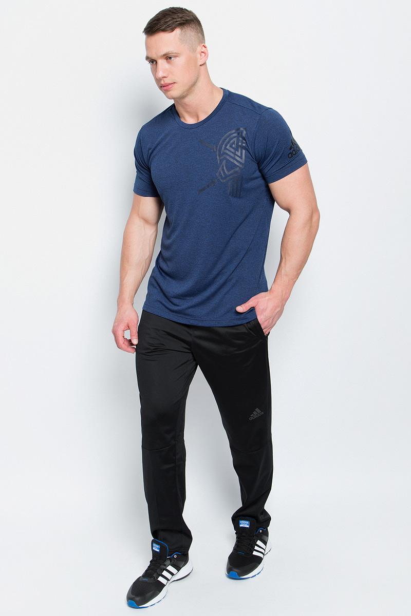 Футболка мужская Adidas Freelift Tric, цвет: синий меланж. BK6085. Размер XXL (60/62)BK6085Мужская футболка Adidas Freelift Tric изготовлена из качественного полиэстера. Модель с круглой горловиной и короткими рукавами. Футболка спереди и на левом рукаве декорирована оригинальными термопринтами. Спинка слегка удлинена, имеются небольшие боковые разрезы.