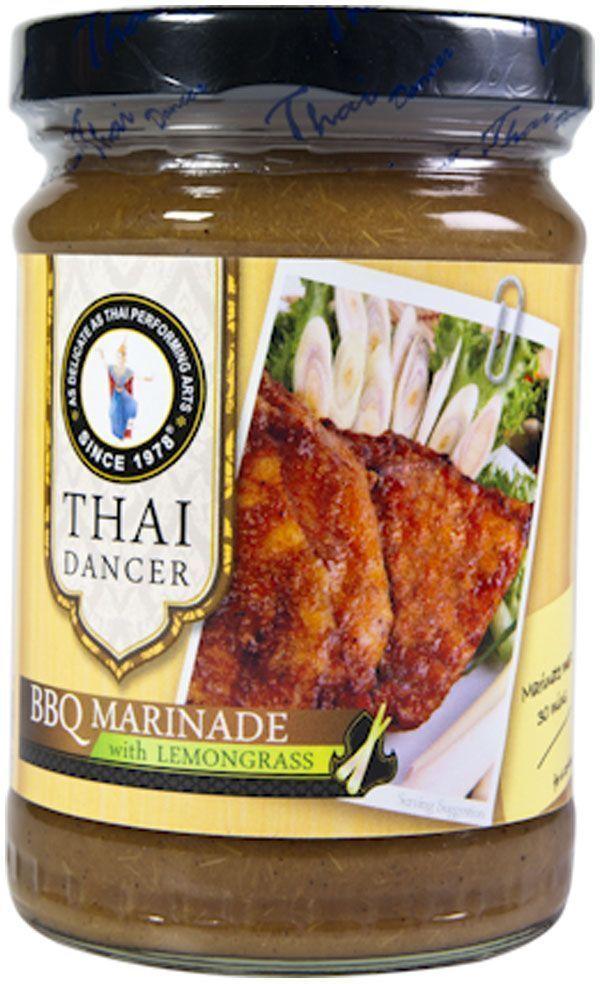 Thai Dancer Маринад для барбекю с лемонграссом, 227 гFS0002041Экзотическиймаринад на основе лемонграсса(лимонного сорго) - это уникальный для России продукт. В чем же уникальность этогомаринада? Конечно, в экзотическом составе, в который входит лемонграсс. Лемонграсс или лимонное сорго широко используется в тайской и вьетнамской кухне для маринования и последующей обжарки или запекания мяса, птицы, рыбных стейков. Тонизирующий, чуть кисловатый вкус лимонного сорго особенно хорошо сочетается с курицей, морепродуктами и практически всеми видами рыбы, как красной, так и белой.Благодаря своему кисловатому вкусу маринад на основе лимонного сорго идеально подходит для рыбы на гриле, в качестве соуса для креветок барбекю, а также для маринования и обжарки любых морепродуктов.