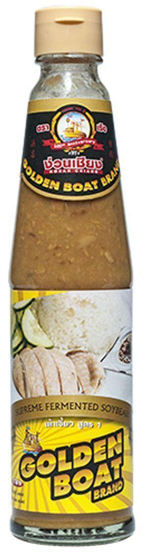 Golden Boat Соевая паста, 300 млGB0004001Желтая соевая паста (или, как она называется в Китае), желтый бобовый соус - это вариант соевой пасты, однако с менее однородной текстурой. В отличие от мисо-пасты, где соевые бобы оказываются перемолоты в кашицу, желтый бобовый соус представляет собой именно соус с небольшими кусочками немодифицированной сои, а также с добавлением соевого соуса и сахара. В отличие от мисо-пасты, которая обладает прямолинейным соленым вкусом и обычно включает в себя (помимо сои) пасту из пшеницы или ячменя, желтая соевая паста имеет оттенки следка сладковатого, насыщенного соленого и немного пряного вкуса, которые позволяют использовать желтый бобовый соус (желтую соевую пасту) в любых блюдах вместо соевого соуса или рыбного соуса. Также благодаря своему чистому соевому составу тайская желтая соевая паста могут употреблять люди, сидящие на безглютеновой диете (мисо-пасту им есть нельзя - из-за присутствия в смеси мисо пшеницы и ячменя). Чаще всего желтая соевая паста используется в соусах и супах китайской, японской, тайской, корейской, малайской и индонезийской кухни. Подходит для обмакивания курицы и рыбы, приготовленных на пару, добавления к блюдам, приготавливаемым в воке, и салатам. Выступает более полезным аналогом крахмала во многих блюдах, придавая им необходимую густоту и глубину вкуса. В Таиланде эта паста очень популярна. Известная под легкозапоминающимся названием тао джао, она используется в очень многих тайских блюдах, имеющих китайские корни (рад на, пад си ев, кхао ман гаи и других).