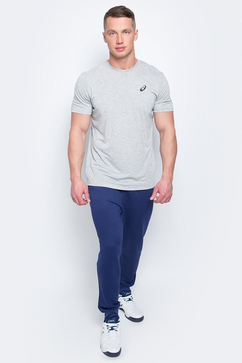 Брюки спортивные мужские Asics Essentials Pant, цвет: темно-синий. 134795-8052. Размер L (50/52)134795-8052Спортивные мужские брюки Asics Essentials Pant выполнены из полиэстера с добавлением вискозы. Комфортные плоские швы предотвращаются натирание. Модель имеет широкую резинку на поясе, объем талии регулируется при помощи шнурка-кулиски. Брюки дополнены двумя открытыми втачными карманами спереди и накладным карманом сзади. Брючины дополнены эластичными манжетами по низу.