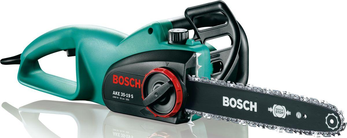 Цепная пила Bosch AKE 35-19 S, электрическая. 0600836E030600836E03Цепная пила Bosch AKE 35-19S предназначена для распиливания древесины в бытовых условиях. Оснащается мощным двигателем 1.9 кВт. Отличная балансировка и небольшой вес обеспечивают комфорт при работе в любом положении. Пила питается от электросети и не выделяет вредных газов, что позволяет работать с ней в закрытом помещении.Преимущества изделия:- сверхмощный двигатель: мощность 1900 Вт со скоростью движения цепи 12 м/с для исключительно высокой производительности,- практичность: система SDS для натяжения и замены цепи без инструментов.- сверхпрочность: высочайшее качество для частого использования и долгого срока службы,- тормоз, молниеносно реагирующий на отдачу пилы,- эргономичная рукоятка, оптимизированная для распиловки и валки,- стальные зубья для крепкого и надежного упора,- большой масляный бачок (200 мл) с указателем уровня наполнения,- стальной улавливатель цепи.Технические характеристики:- Мощность двигателя: 1900 Вт.- Длина пильной шины: 35 см.- Скорость движения цепи: 12 м/с.- Мощность приводного элемента: 1,1 мм.- Хромированная цепь.- Вес (с цепью и шиной): 4,4 кг. Комплектация: инструмент, масло 80 мл.