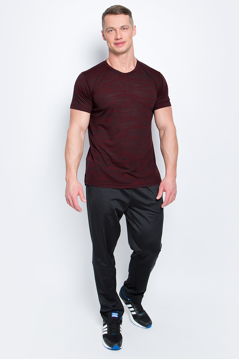 Футболка мужская Adidas Freelift Ak, цвет: бордовый, серый. BK6100. Размер L (52/54)BK6100Мужская футболка Adidas Freelift Ak выполнена из полиэстера с добавлением вискозы. Ткань с технологией climalite быстро и эффективно отводит влагу с поверхности кожи, поддерживая комфортный микроклимат. Такая футболка великолепно подойдет как для повседневной носки, так и для спортивных занятий. Модель с короткими рукавами и круглым вырезом горловины оформлена принтом с логотипом бренда. Спинка слегка удлинена, имеются небольшие боковые разрезы.